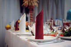 Servido maravillosamente casandose la tabla en un restaurante Fotos de archivo