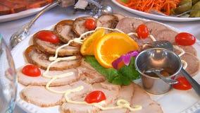 Servido para la tabla de banquete Copas de vino con las servilletas, los vidrios y las ensaladas metrajes