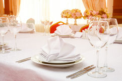 Servido para a tabela de banquete no por do sol Fotografia de Stock Royalty Free