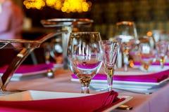 Servido para una tabla del abastecimiento del banquete con las copas de vino y las placas Fotografía de archivo libre de regalías