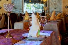 Servido para una tabla del abastecimiento del banquete con las copas de vino y las placas Fotos de archivo libres de regalías