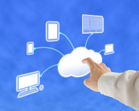 Servidor de computação da nuvem do toque do homem de negócios para o serviço de lançamento Imagens de Stock