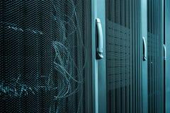 Servidor de computador no servidor da cremalheira Puxadores da porta e close up da grade fotos de stock