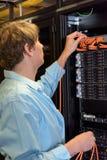 Servidor de controlo do especialista da TI no datacenter Fotos de Stock