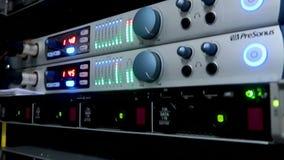 Servidor del almacenamiento HDD Lámpara que destella Los servidores de datos atormentan con muchos discos duros y lámparas del LE almacen de video