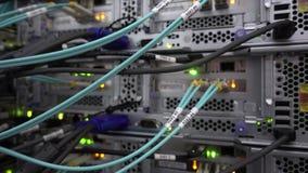 Servidor ?ptico conmutador Luces que destellan De fibra ?ptica Separa el ordenador en un estante en el centro de datos grande almacen de metraje de vídeo