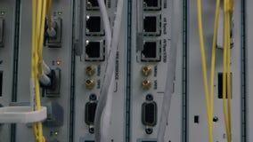 Servidores de datos de trabajo de la parte delantera con las luces LED que destellan almacen de video