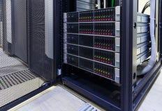 Servidores desmontados da lâmina do suporte no centro de dados moderno Foto de Stock Royalty Free