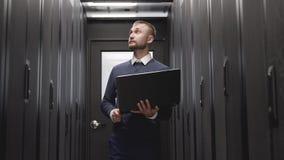 Servidores do controle do administrador de sistema no armário grande dos dados filme