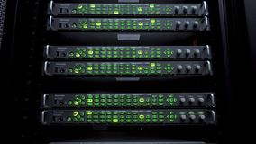 Servidores en centro de datos Los estantes de los servidores se cierran para arriba en centro de datos moderno Sitio computaciona almacen de metraje de vídeo