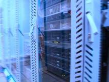 Servidores en el centro de datos fotos de archivo