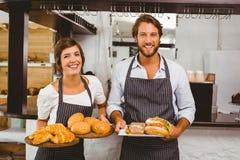 Servidores felizes que guardam placas do alimento Foto de Stock Royalty Free