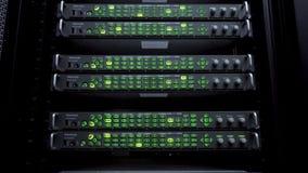 Servidores no centro de dados As cremalheiras dos servidores fecham-se acima no centro de dados moderno Sala de computação do ser vídeos de arquivo