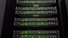 Servidores no centro de dados As cremalheiras dos servidores fecham-se acima no centro de dados moderno Sala de computação do ser filme