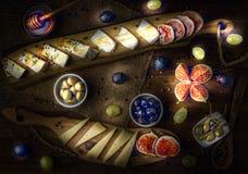 Servierplatte von italienischen Käsen mit Feigen, Oliven, Trauben und Honig L Stockfotografie