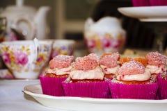 Servierplatte von rosa kleinen Kuchen Stockbilder