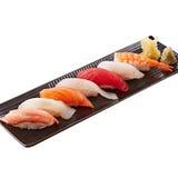 Servierplatte von Sushi mit Thunfisch, Kalmar, Garnele und Krabbe Tempura Stockbilder