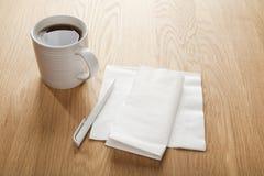 Κενό άσπρο πετσέτα ή Serviette και πέννα και καφές Στοκ Εικόνες