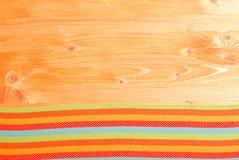 Serviette auf dem Bodenbrett auf den gelben Raum für Text Stockfoto