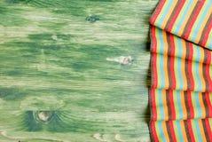 Serviette auf einer grünen Tafel auf dem Recht, der linke Raum für te Stockbilder