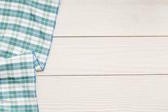 Serviette auf weißem Holztisch Stockfoto