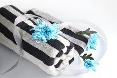 Serviette avec les fleurs et le ruban Images stock