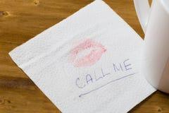 Serviette avec une tasse de baiser et de café sur le fond en bois photographie stock libre de droits