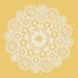 Serviette blanche de dentelle sur le fond jaune illustration stock