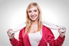 Serviette blanche de femme de sport de forme physique sur des épaules, tir de studio photographie stock libre de droits