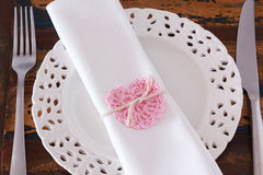 Serviette blanche de plat avec le coeur rose fait main de crochet Image stock