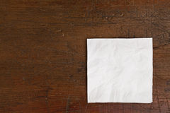 Serviette blanche et vieille table Photographie stock libre de droits