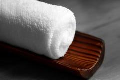 Serviette blanche sur le bambou Photographie stock libre de droits