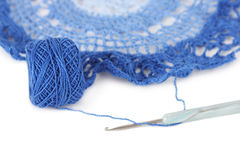 Serviette bleue de crochet avec la bille d'amorçage d'isolement Photo libre de droits