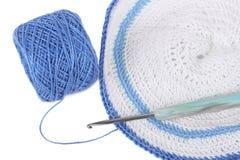 Serviette bleue de crochet avec la bille d'amorçage d'isolement Image libre de droits
