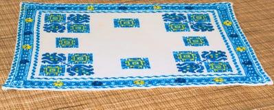 Serviette cousue au point de croix Modèles géométriques bleus sur une base blanche Image stock