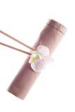 Serviette décorative avec des orchidées Photo libre de droits