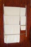 Serviette dans la salle de bains de l'hôtel Photographie stock