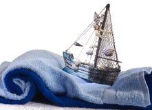 Serviette de bébé et un bateau de jouet Photo stock