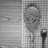 Serviette de cuisine avec la cuillère sur le colo noir et blanc de fond en bois photo libre de droits
