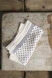 Serviette de dîner blanche avec la conception de Gray Polka Dots et de rayures photographie stock