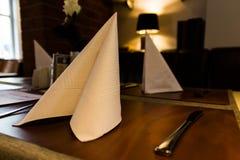 Serviette de Folden tenant le restaurant de première qualité de Tableau Photos stock