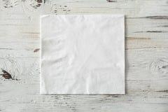 Serviette de livre blanc sur le fond en bois photographie stock libre de droits
