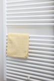 Serviette de main sur un radiateur de salle de bains Photographie stock libre de droits