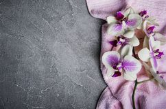 Serviette de massage et fleurs d'orchidées Images stock