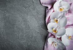 Serviette de massage et fleurs d'orchidées Photo stock