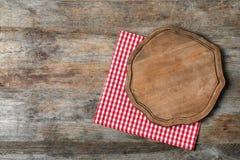 Serviette de tissu avec le panneau de portion et espace pour le texte sur le fond en bois photos stock