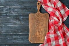 Serviette de tissu avec le panneau de portion et espace pour le texte sur le fond en bois photographie stock libre de droits
