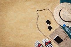 Serviette de vue supérieure sur la plage sablonneuse Fond avec l'espace de copie Photos libres de droits