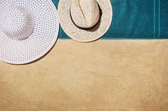 Serviette de vue supérieure sur la plage sablonneuse Fond avec l'espace de copie Photos stock
