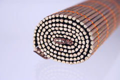 Serviette en bambou foncée raccourcie dans un roulis Image stock